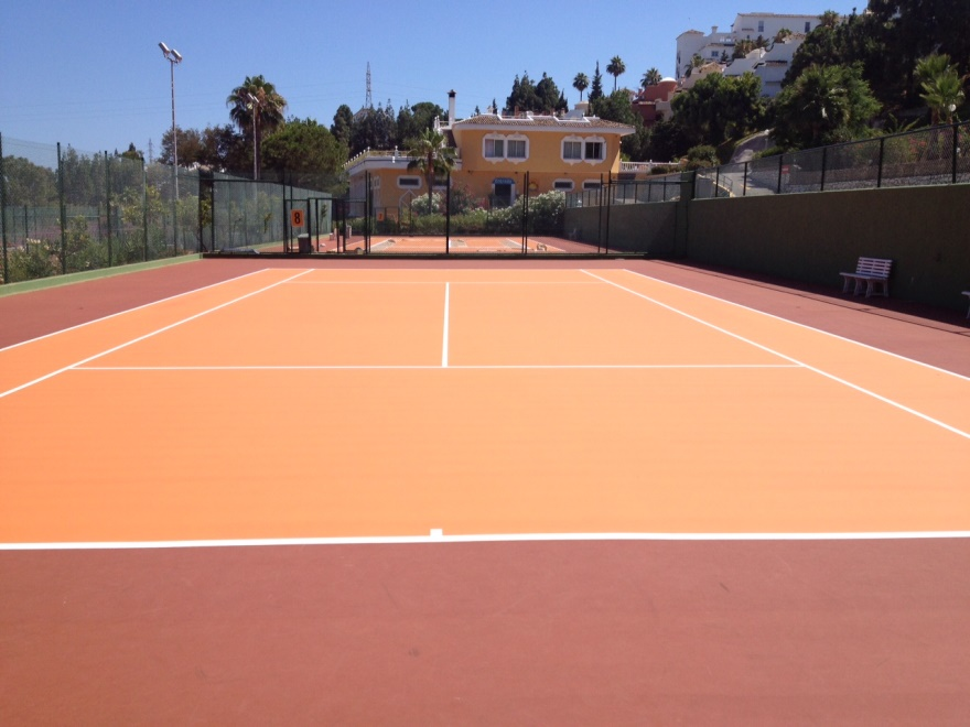 Pista de tenis de resina naranja