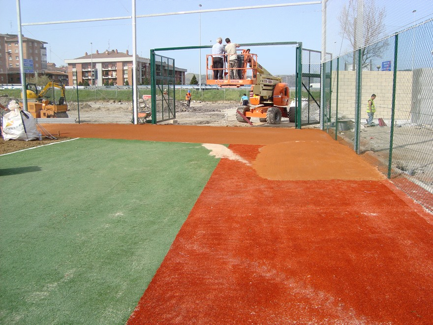 construccion campo de beisboly sofbol con cesped artificial y tierra batida celabasa