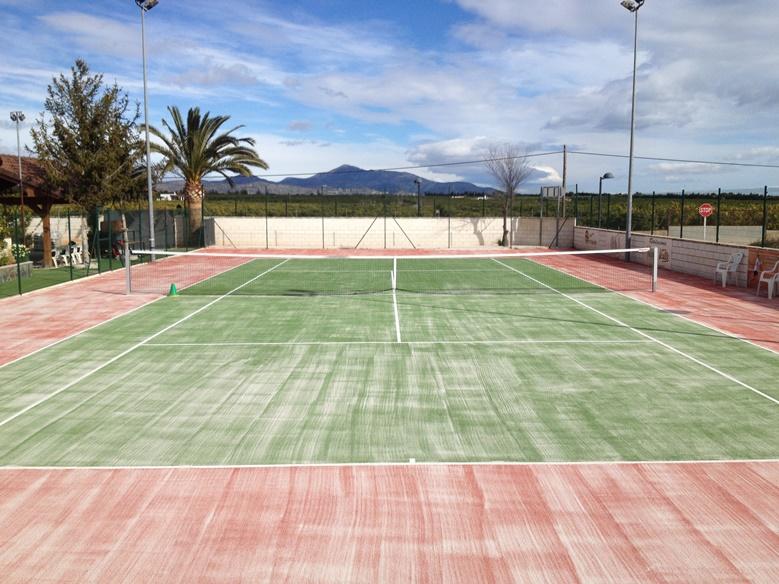 pista de tenis césped verde y rojo celabasa